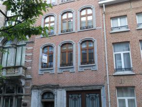 Appartement op de eerste verdieping van een karaktervolle herenwoning nabij de grote markt te Lier.<br /> Omvat: Inkomhal, ruime living met ingerichte
