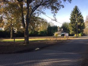 Rustig gelegen (hoek)perceel bouwgrond (LOT 1) voor open bebouwing met zuid georiënteerde tuin. <br /> Oppervlakte : 8are 48ca.<br /> Straatbreed
