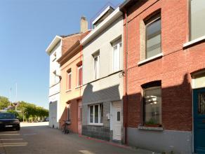 Leuke rijwoning gelegen in het hartje te Mechelen.<br /> <br /> Omvat: inkomhal, keuken met berging en doorgang naar kelder (cv-ruimte), leefruimte, b
