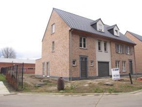 Nieuwbouwwoning, halfopen bebouwing, op 5are 20ca. Deze woning bestaat gelijkvloers uit  : inkom, ruime living, keuken, berging en toilet.  De inpandi