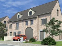 Nieuwbouw half-open bebouwing op 462 m². Omvat op het gelijkvloers: inkom, living, keuken, berging, toilet en aparte garage. Verdieping: 3 slaa