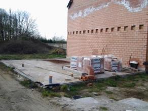 Rustig gelegen ruwbouw woning, halfopen bebouwing op een zonnig perceel van 630m² in Bouwel. De woning is op het gelijkvloers ingedeeld als volgt