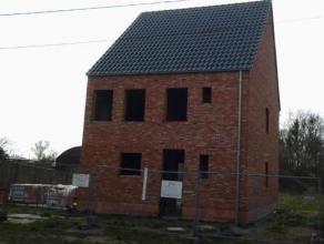 Rustig gelegen ruwbouw woning, halfopen bebouwing op een zonnig perceel van +/- 550m² in Bouwel.  De woning is op het gelijkvloers ingedeeld als