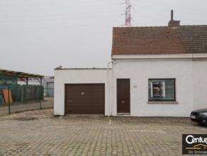 Deze keine maar charmante HOB bevindt zich op zeer centrale ligging.De woning heeft 2 garages,droge kelder cv op gas,dubbel beglazing,verder mooie lic