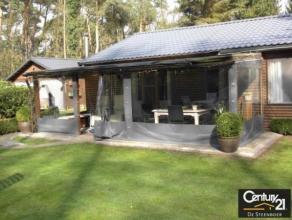 Mooie chalet met een ruime tuin, totale oppervlakte van 1.500 m², waarvan 90 m² bewoonbaar. Ruime living met open keuken, volledig geïn