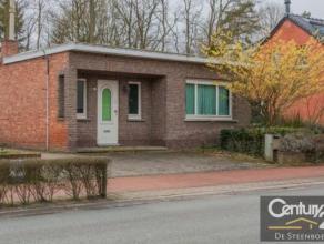 Deels te renoveren open bebouwing met waaier aan mogelijkheiden! Dit huis bevindt zich op een mooi stuk grond palend aan een bosrijke achtertuin. Voor
