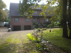 Riante villa met grote voortuin en achtertuin met zonneterras en 6 slpks, 2 bdkmrs  Achterin gelegen met grote oprit en uitrit voor meerdere auto's.
