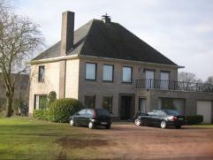Ruim landhuis rustig gelegen met 4 of 5 slaapkamers, kantoor, grote garage met hobbyruimte of werkplaats, gelegen op 2.436 m² grond deels tuin en