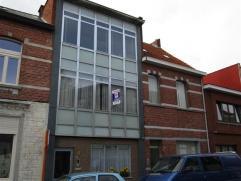 Nabij centrum netjes onderhouden gelegen 2-slaapkamerappartement. Indeling: ruime woonkamer, hal, badkamer met douche, keuken met balkon en 2 slaapkam