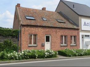 Grotendeels gerenoveerde woning met 4 slpkmrs en vrij zicht achteraan. Gelijkvlrs: de inkomhal met toilet geeft toegang tot slpkmr 1 en de gezellige w
