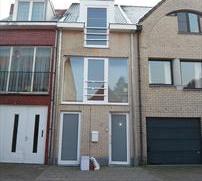 Gelegen in het centrum van Turnhout, is dit een split â level nieuwbouwwoning, met een klein terras en stadstuin, bereikbaar via achterliggende
