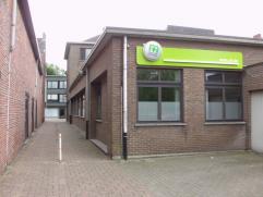 Omschrijving Dit kantoor is gelegen in het winkelcentrm en vlak naast een openbare parking. Kantoor of dienstencentrum gelegen tussen grote openbare p