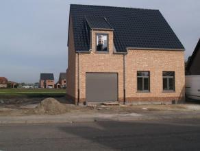 nieuwbouw woning met inkomhal, living, open geïnst.keuken (vaatwasser, koelkast, kookplaat, dampkap, spoelbak), badkamer (bad+ inloopdouche + dub