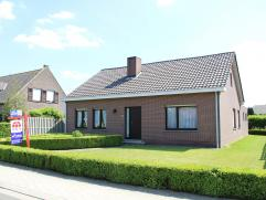 Vrijstaande gezinswoning op rustige locatie op een perceel van ca 670 m². De woning heeft alle woonruimte op de begane grond, maar de bovenverdie