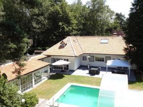 Mooie villa met zwembad, residentieel gelegen op een ruim perceel van ca. 5.515 m² op een schitterende locatie in een groene en bosrijke villawij