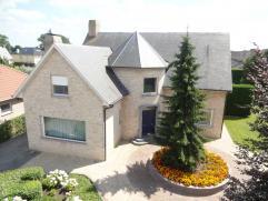 Stijlvolle villa op ca. 1.000 m², rustig gelegen nabij de dorpskern. De woning is tijdloos ingericht en wordt gekenmerkt door degelijkheid en kwa