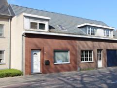 Centraal gelegen tussen Hoogstraten en Minderhout met scholen en openbaar vervoer op wandelafstand, vinden we deze woning met ruime kamers en tuintje
