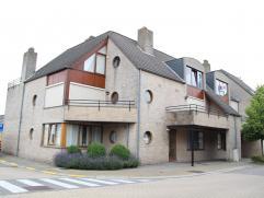 Ruim appartement (ca. 100 m²) met terras gelegen in het centrum van Hoogstraten. Het appartement omvat een ruime woonkamer met open keuken en aan