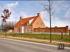 Nieuwe villa met bijgebouw op ca 3000 m² grond, zeer vrij gelegen en prachtig uitzicht over de landerijen. De villa wordt verkocht in huidige sta
