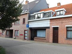 Knusse rijwoning voorzien van 3 slaapkamers op een mooi perceel van ca. 687 m² gelegen op een toplocatie in Hoogstraten. De woning is momenteel v
