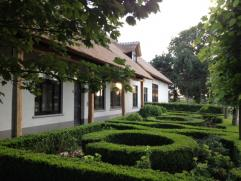 Totaal gerenoveerde Langgevelhoeve op landelijk gelegen perceel van 5068 m². De woning werd van kop tot teen smaakvol 'getuned' en is een strelin