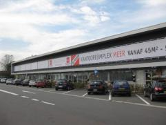 Handelsruimte, gelegen op transportzone in Meer, vlakbij de Nederlandse grens. De handelsruimte bestaat uit een kelderverdieping (117 m²), een ge