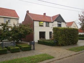 Charmante halfopen bebouwing met tuin en 3 slaapkamers in het centrum van Sint-Lenaarts.  Indeling: inkomhal met aanpalend een ruime woonkamer met v
