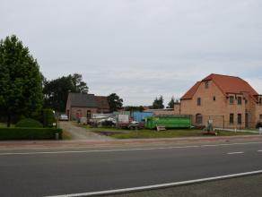 Goed gelegen bouwgrond (met noodwoning) voor open bebouwing met een oppervlakte van 1.112m² net buiten het centrum van Tielen, geschikt voor open