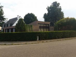ruime seventies laagbouwwoning in mooie rustige residentiële omgeving nabij het stadspark, net buiten de ring van Turnhout, op een zuidgericht pe