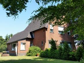 uniek gelegen eigendom, bestaande uit een vrijstaande woning met een aantal bijgebouwen op een mooi breed perceel van 1700 m² - gelegen in landel