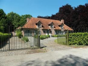 deze villa is gelegen op één van de mooiste plekjes van de villawijk de Lint, op een prachtig hoekperceel van 2601 m², aan de rand