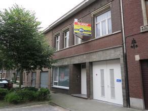 zeer ruime, te renoveren stadswoning met als troeven o.a. de grote inpandige garage (poorthoogte 2,7 m) en ruimte voor praktijk, kantoor, hobby ... (c