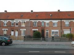 Gezellige stadswoning gelegen nabij de ring. De woning omvat een inkomhal, een woonkamer, een kleine bergkelder, een ruime en lichte keuken en een bad