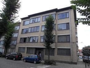 Appartement in statig gebouw bestaande uit inkomhal, 2 slaapkamers, keuken, badkamer en grote woonkamer. In de kelder van het gebouw is er een bergrui