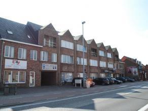 Ruim duplex appartement met individuele ingang omvattende op de eerste verdieping een inkomhal met vestiaire en gastentoilet, een ruime woonkamer in L