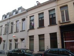 Leuk duplexappartement gelegen in het centrum van Turnhout bestaande uit een inkomhal met gastentoilet, grote living, ruime ingerichte keuken en bergi