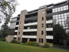 Ruim appartement gelegen op de tweede verdieping omvattende een ruime inkomhal met marmeren vloer, gastentoilet, badkamer met ligbad, toilet en dubbel
