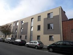 Appartement met 2 ruime slaapkamers op de tweede verdieping (met lift) in het centrum van Turnhout. Indeling: inkomhal, zeer ruime woonkamer met open