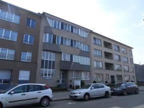 Appartement gelegen op de bovenste verdieping (lift aanwezig) omvattende een inkomhal, gastentoilet, ruime en lichte woonkamer, ingerichte keuken, ber