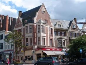 Mooi gelegen appartement op de 2e verdieping (géén lift) in het centrum van Mortsel. Indeling: ruime woonkamer, keuken (gasvuur en ijska