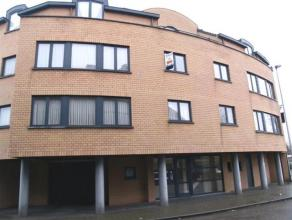 Duplex appartement op de 3e verdieping (lift aanwezig), gelegen aan het station van Turnhout. Indeling: inkomhal, apart toilet, woonkamer, volledig ge
