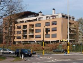 Een zeer ruim appartement (ca 140m²) met overdekt terras in een groene omgeving aan de rand van de stad. Dit appartement bevindt zich in Resident