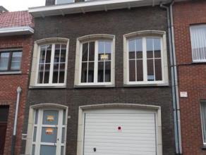 Ruime eengezingswoning met 3 slaapkamers, inpandige garage en tuinOp de gelijkvloerse verdieping bevindt zich de inkomhal, inpandige garage met automa