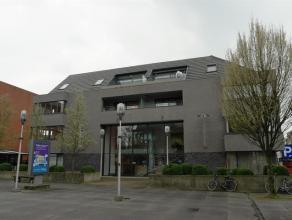 Luxueus en ruim dakappartement in het centrum van Turnhout met 3 terrassen! Het appartement omvat een inkomhal, een ruime woonkamer met toegang tot &e
