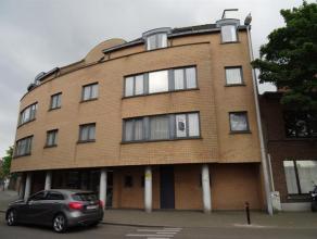 Modern appartement in het centrum omvattende: een inkomhal, toilet, ruime woonkamer, geïnstalleerde keuken (koelkast, elektrisch fornuis, dampkap