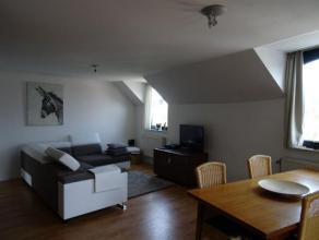 Duplex appartement op de derde verdieping (lift aanwezig) gelegen aan het station van Turnhout omvattende: inkomhal, toilet, woonkamer, volledig ge&iu
