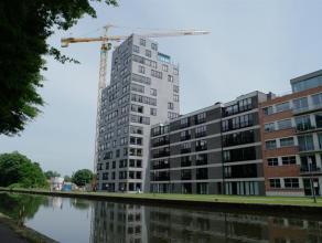 Luxueus appartement gelegen op de tiende verdieping van het hoogste gebouw in Turnhout. Indeling: inkomhal, ruime lichte woonkamer met toegang tot het