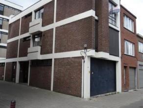 Appartement in het stadscentrum op de tweede verdieping omvattende: een inkomhal, woonkamer, keuken (elektrisch fornuis, dampkap, spoelbak), een grote