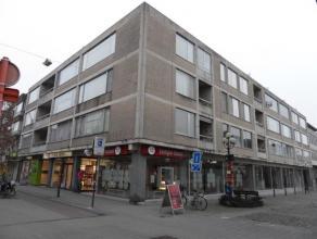 Zeer ruim appartement in het centrum van Turnhout. Indeling: inkomhal, ingerichte keuken, ruime zonnige woonkamer, 3 ruime slaapkamers, gastentoilet,