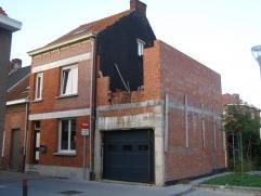 Te renoveren woning met op het gelijkvloers: woonkamer, keuken, inkomhal. Op de eerste verdieping: twee slaapkamers, badkamer. Op de tweede verdieping